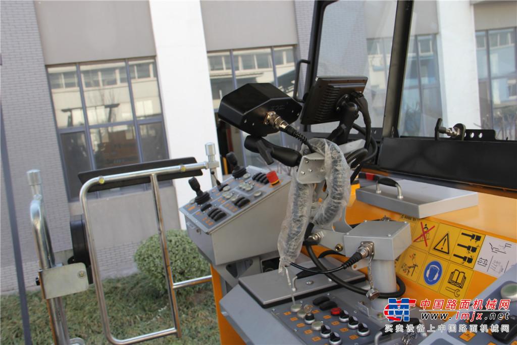 天顺长城S2000/77铣刨机高清图 - 驾驶室