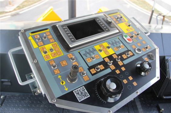 天顺长城SP1860-3超大型多功能摊铺机高清图 - 驾驶室
