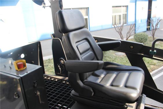 天顺长城SP2060-3超大型多功能摊铺机高清图 - 驾驶室