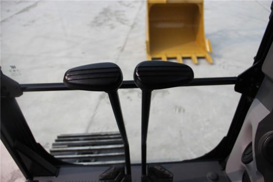 卡特彼勒326挖掘机高清图 - 驾驶室