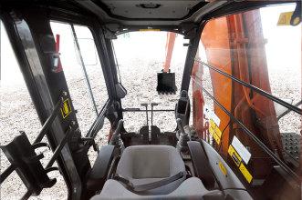 日立ZX130-5A小型挖掘机高清图 - 驾驶室