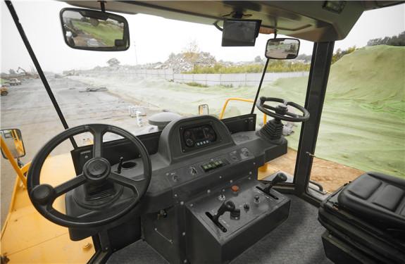 柳工CLG6530E轮胎压路机高清图 - 施工场景图