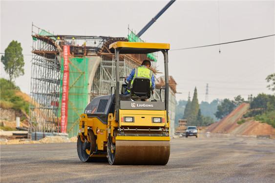 柳工6032E轻型压路机(双驱单振)高清图 - 施工场景图